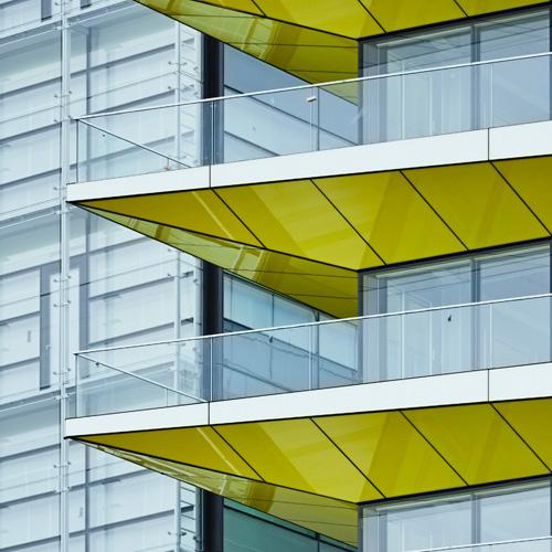 Glasfassade, Stimmungsbild für Projektmanagement, Projektsteuerung Wohnungsbau, Schulen, Kitas, Pflege- und Wohnheime, öffentliche Verwaltungsgebäude